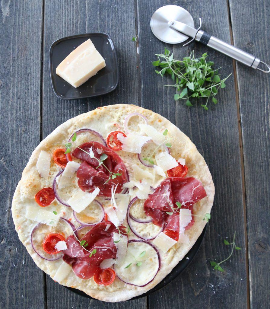 Pizza med breasola og basilikumolje