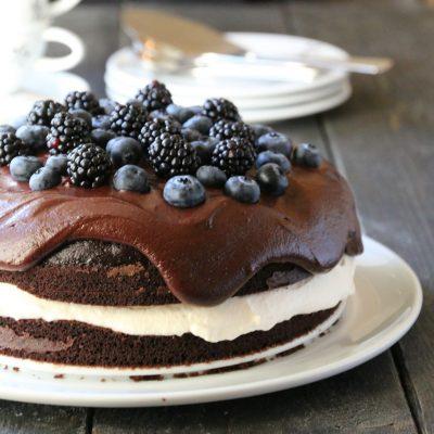 Sjokoladekake med blåbær og bjørnebær