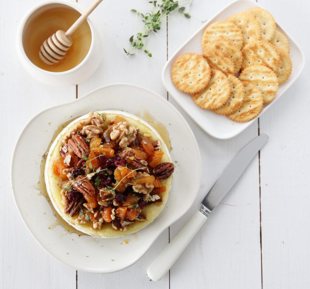 Bakt brie med nøtter, honning og lime