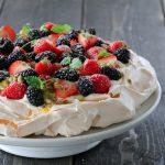 Pavlova med friske bær og pasjonsfruktsaus