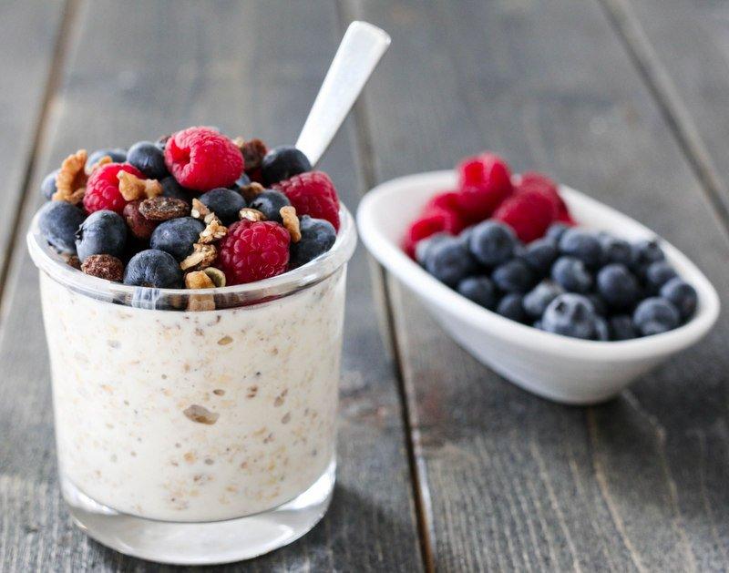 Kjøleskapsgrøt med havre, bær og granola