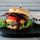 Image: BURGER MED BACON OG CHILIMAJONES