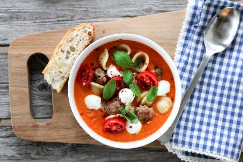 Tomatsuppe med salsiccia og mozzarella