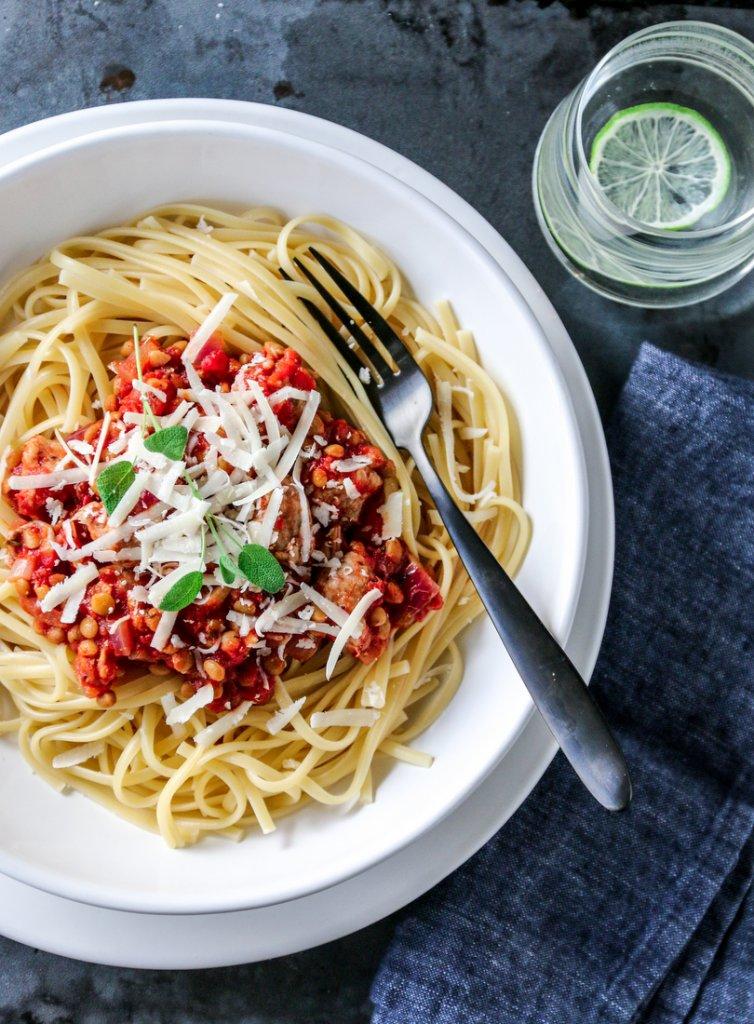 Spagetti med røde linser og salsiccia