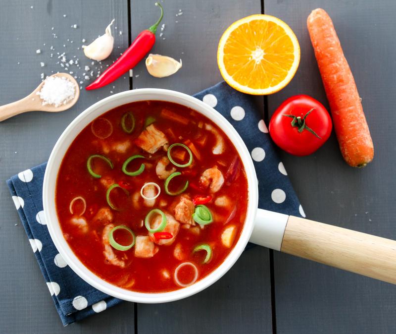 Fiskesuppe med tomat, appelsin og chili