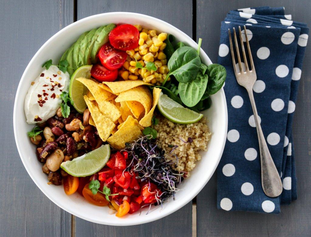 taco-bowl med spicy bønner, tomatsalsa og limerømme