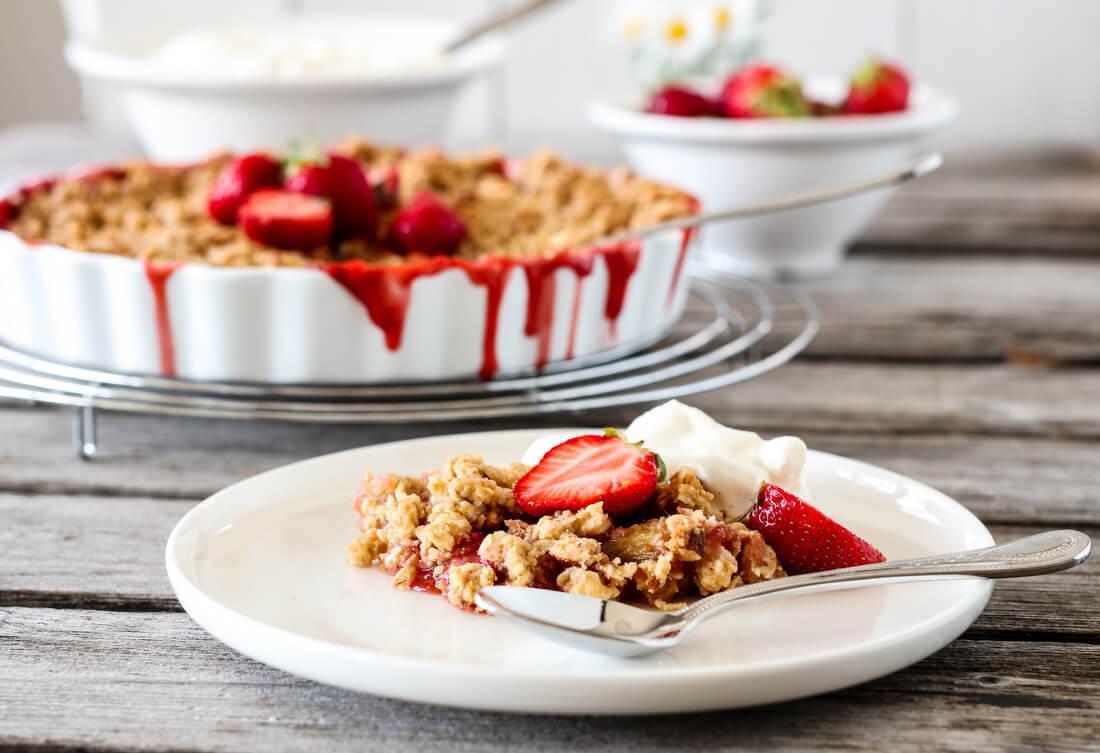 Smuldrepai med rabarbra og jordbær