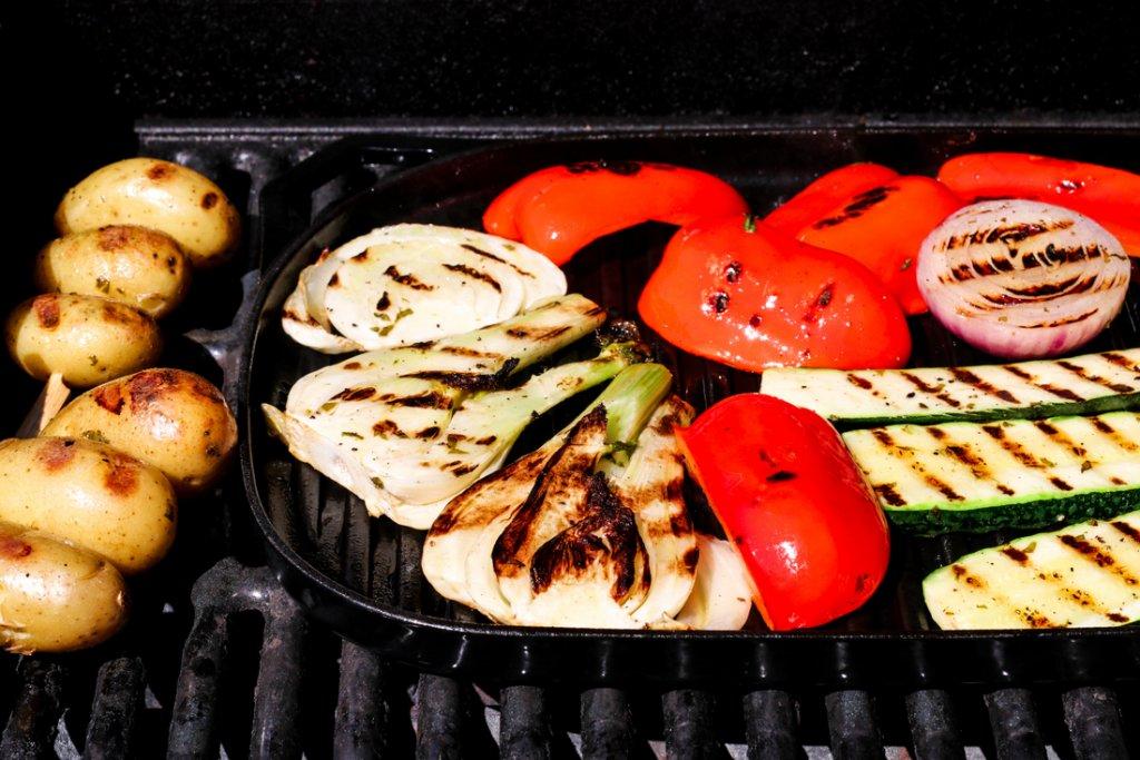 Grillet entrecôte med marinerte grønnsaker og chilismør