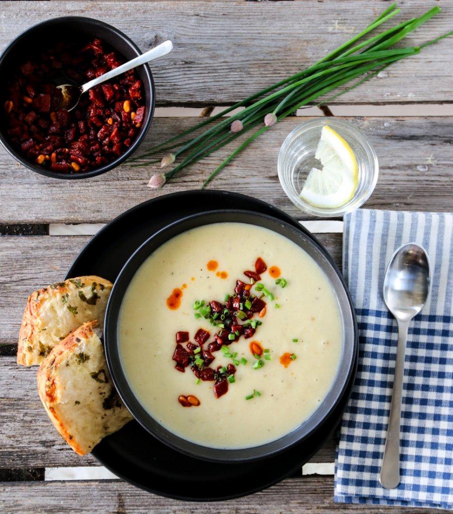 Potet og purreløksuppe med chorizosmuler og stablebrød