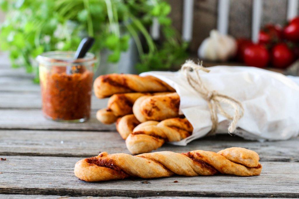 Grissini med rød pesto / brødpinner med rød pesto