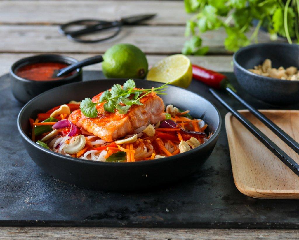 Laks med sprø grønnsaker, risnudler og chilisaus
