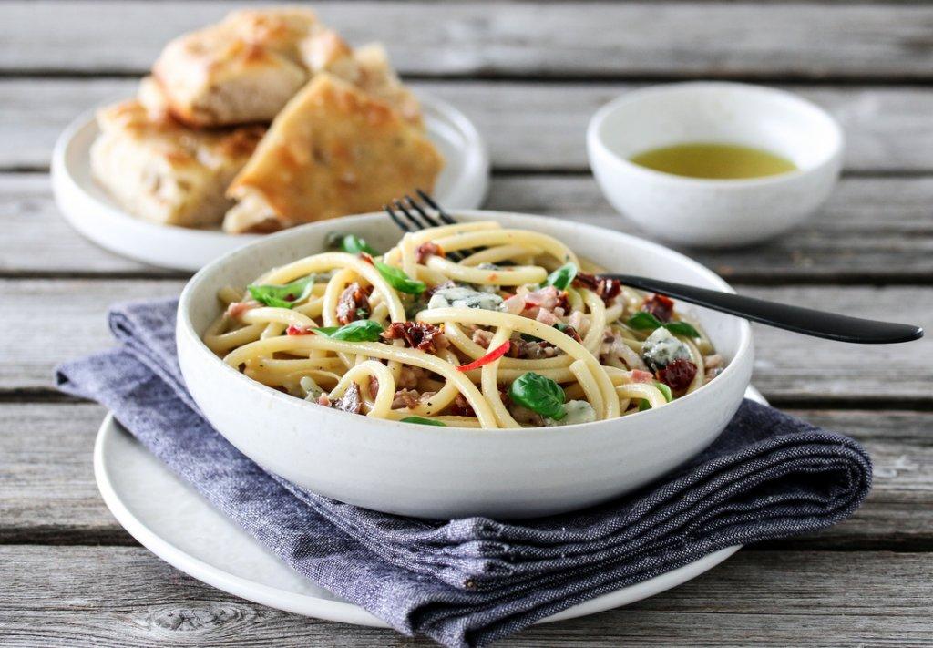 Spagetti med bacon, tomater og gorgonzola