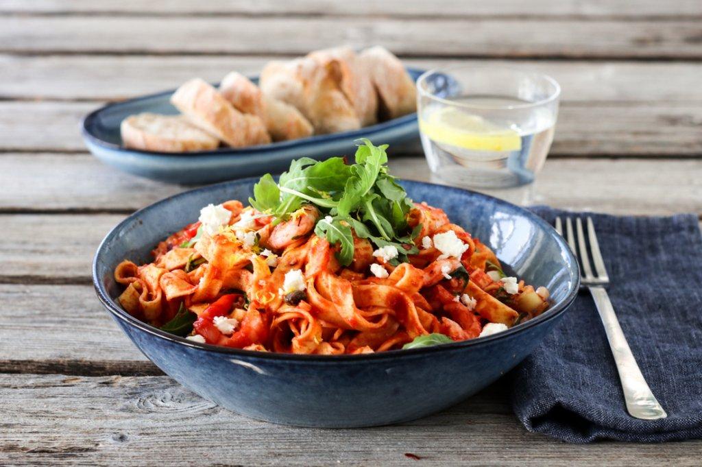 Pasta med tomatsaus, reker og feta