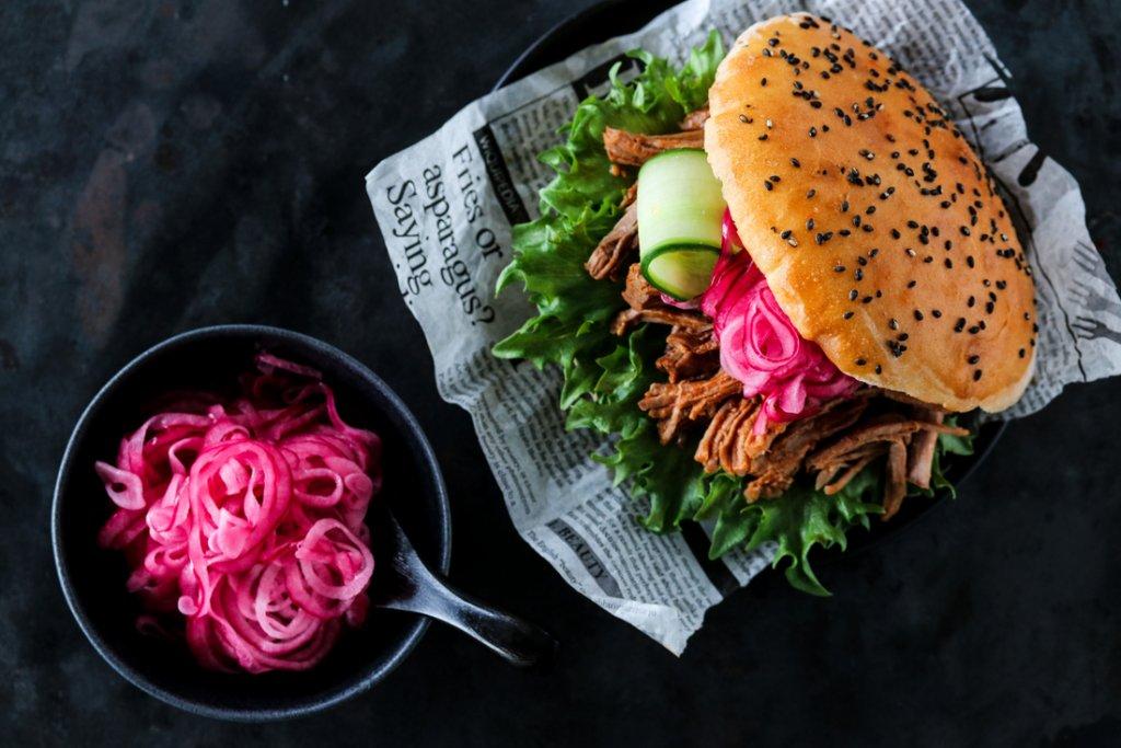 Pulled pork med syltet rødløk og chipotlemajones