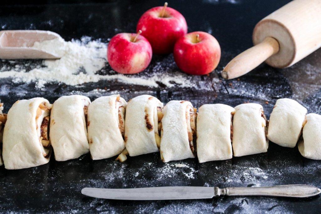 Kanelboller med karamelliserte epler