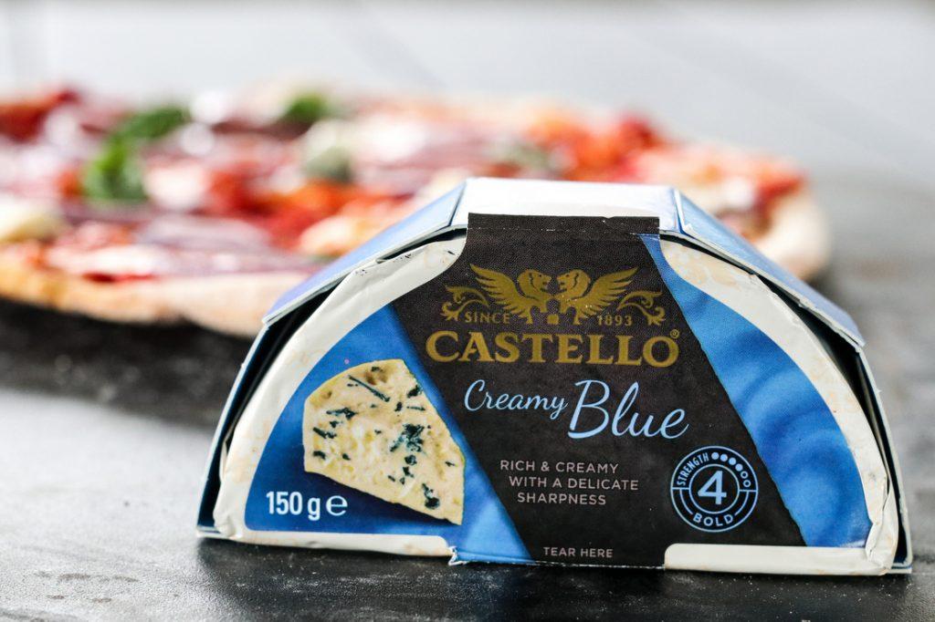 Pizza med italiensk salami og blåmuggost