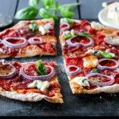 Image: PIZZA MED ITALIENSK SALAMI, RØDLØK OG BLÅMUGGOST