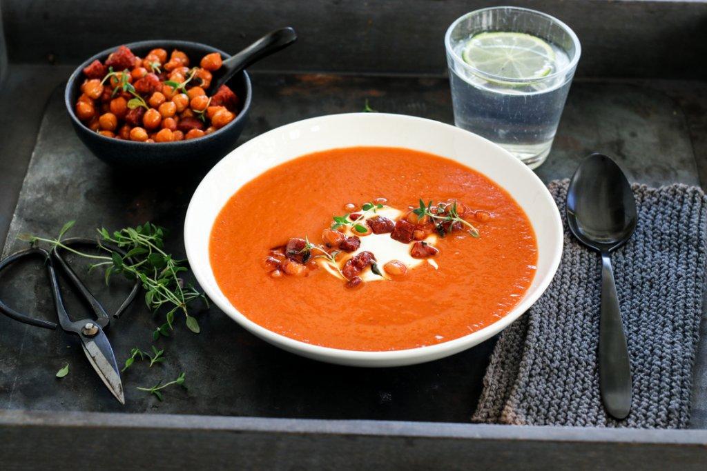 Tomat- og paprikasuppe med chorizo og kikerter