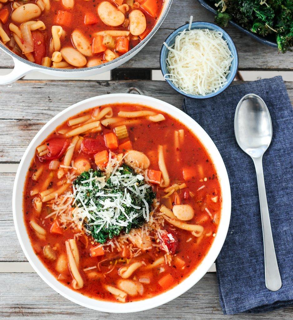 Tomatsuppe med pasta, bønner og grønnkålchips