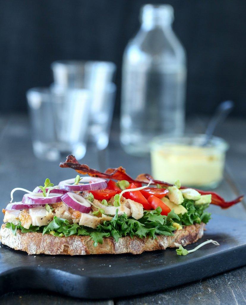 Club Sandwich med kylling og karrimajones