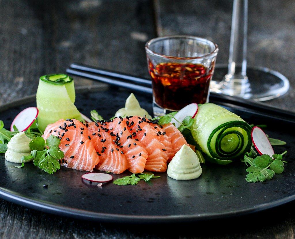 Sashimisalat med avokadokrem og soyasaus