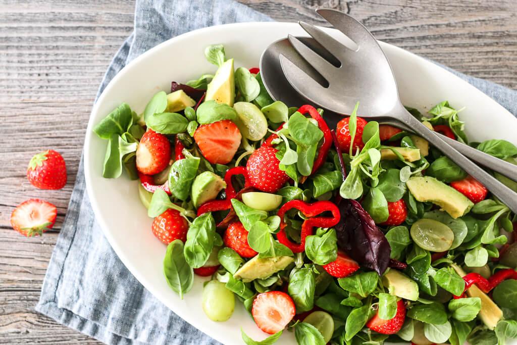 Jordbærsalat med sitrusdressing - sommersalater
