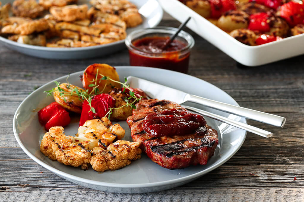 Nakkekoteletter, BBQ-saus og paprikapoteter, grillmat