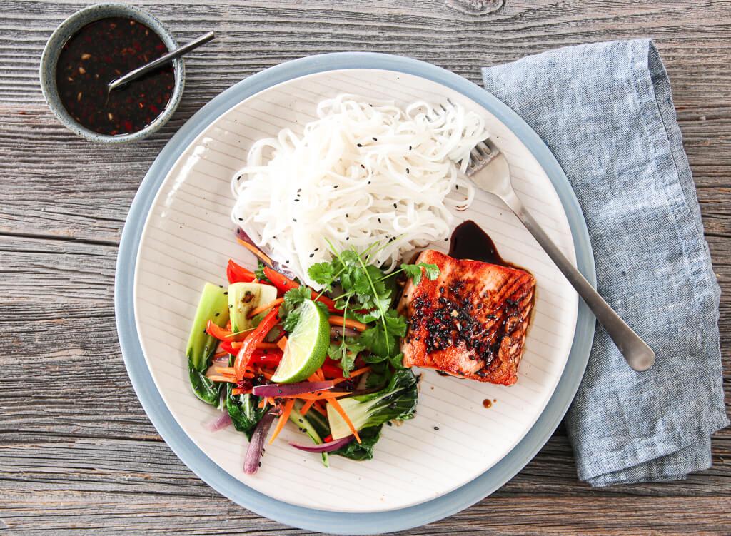 Laks med soyasaus og pak soi-salat