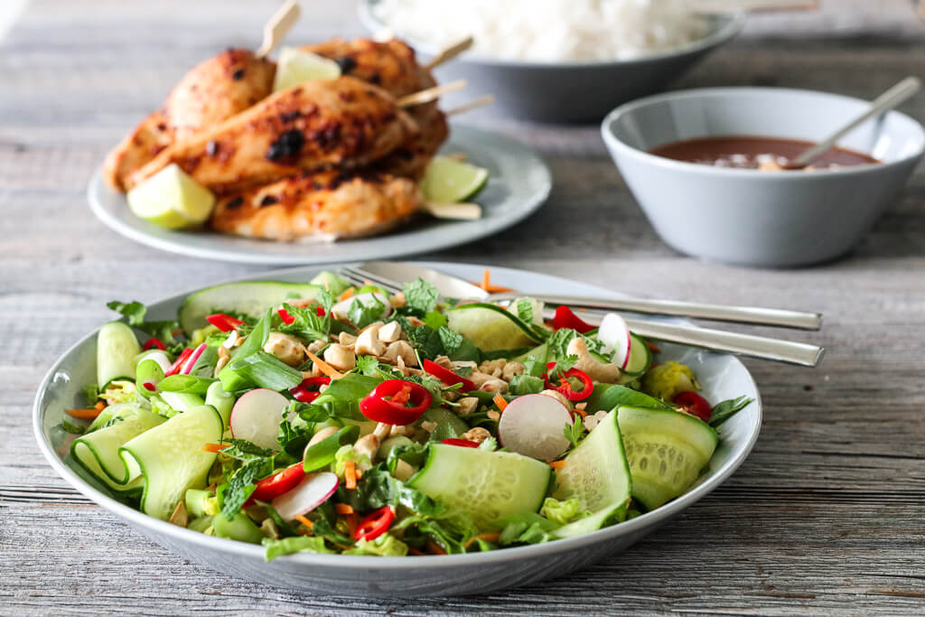 Kylling med sataysaus og thaisalat