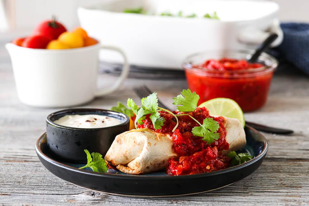 Gratinerte burritos med tomatsalsa
