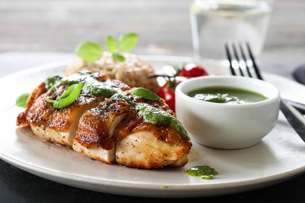 Kylling med speltrisotto og basilikumpesto