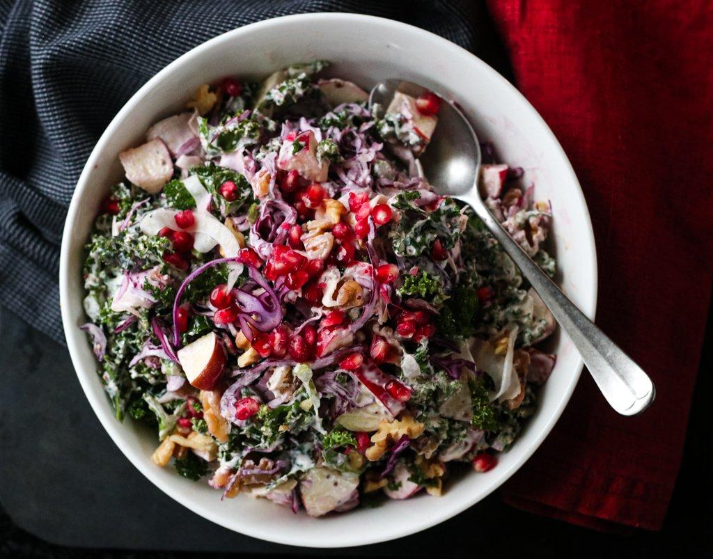 Vintersalat med grønnkål, rødkål, eple og valnøtter