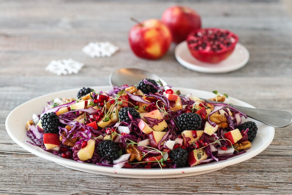 Rødkålsalat med eple og bjørnebær