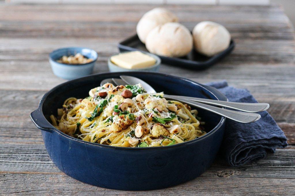 Spagetti med ovnsbakt blomkål, grønnkål og hasselnøtter