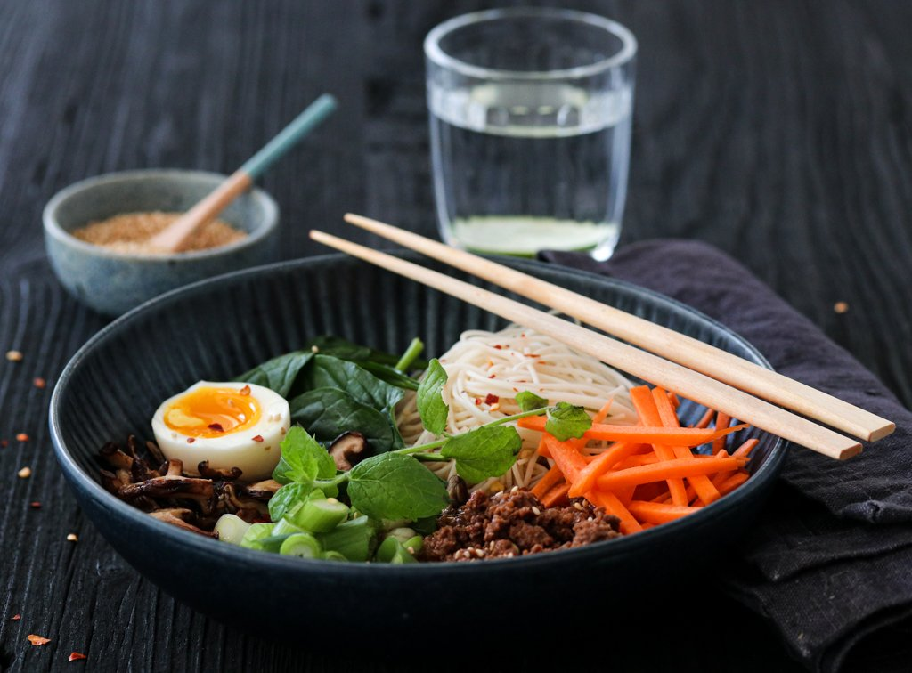 Ramen med spicy kjøttdeig, shitakesopp, spinat, gulrøtter og mynte
