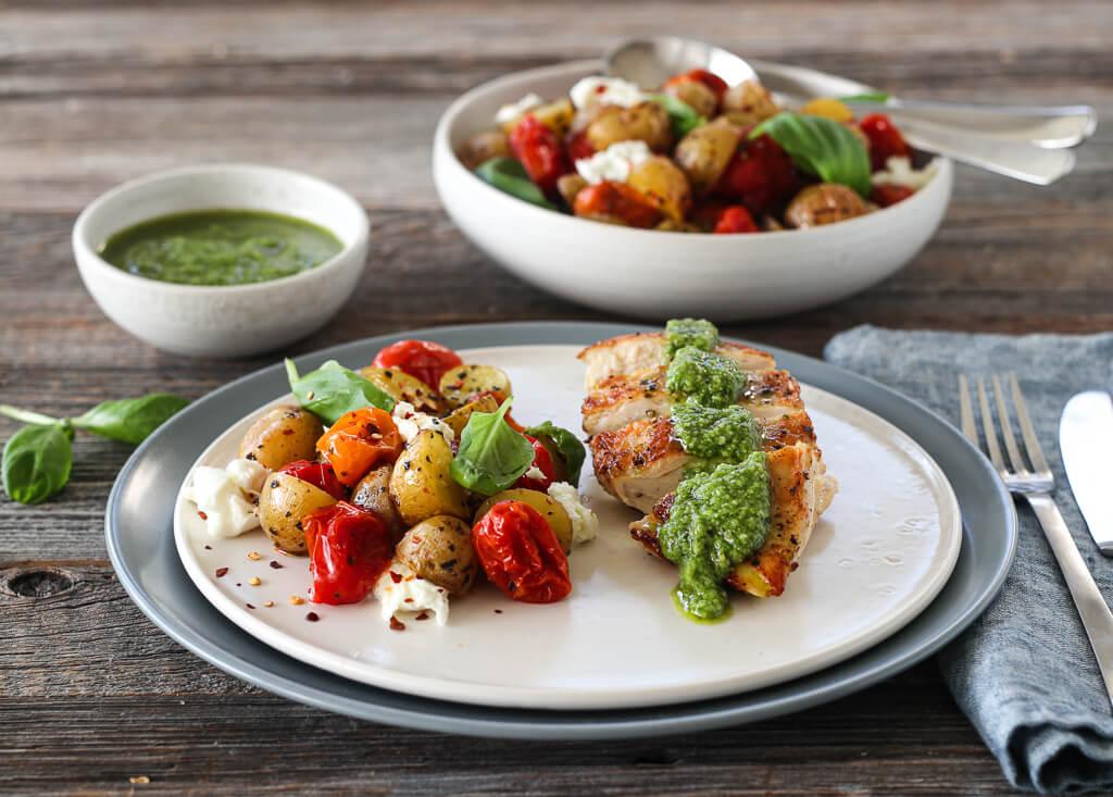 Kylling med pesto & potet- og tomatsalat