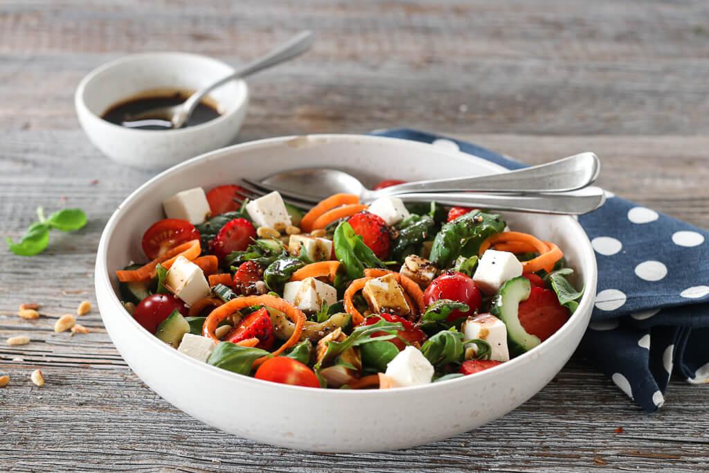 Salat med jordbær, tomat og feta