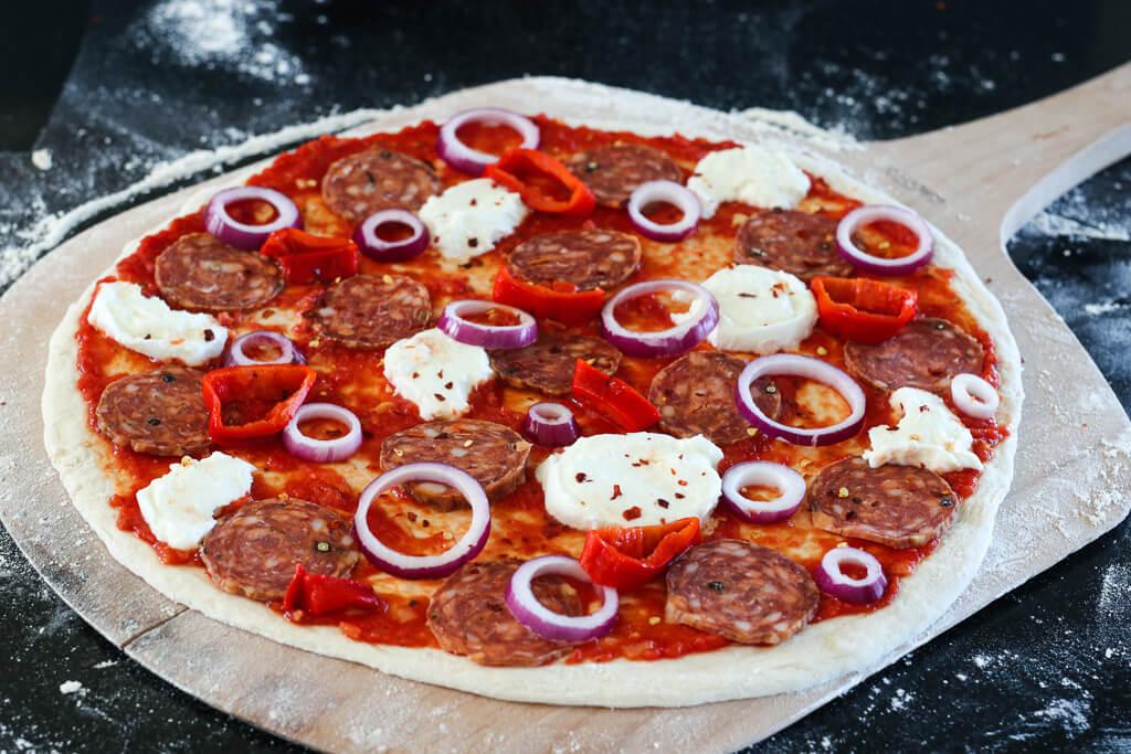 Pizza med chilisalami og paprika