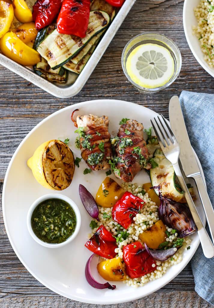 Kyllingruller med grillede grønnsaker og pesto
