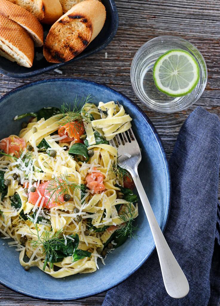 Kremet pasta med røkt laks og spinat