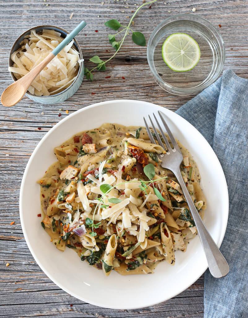 One pot-pasta med kylling, spinat og squash