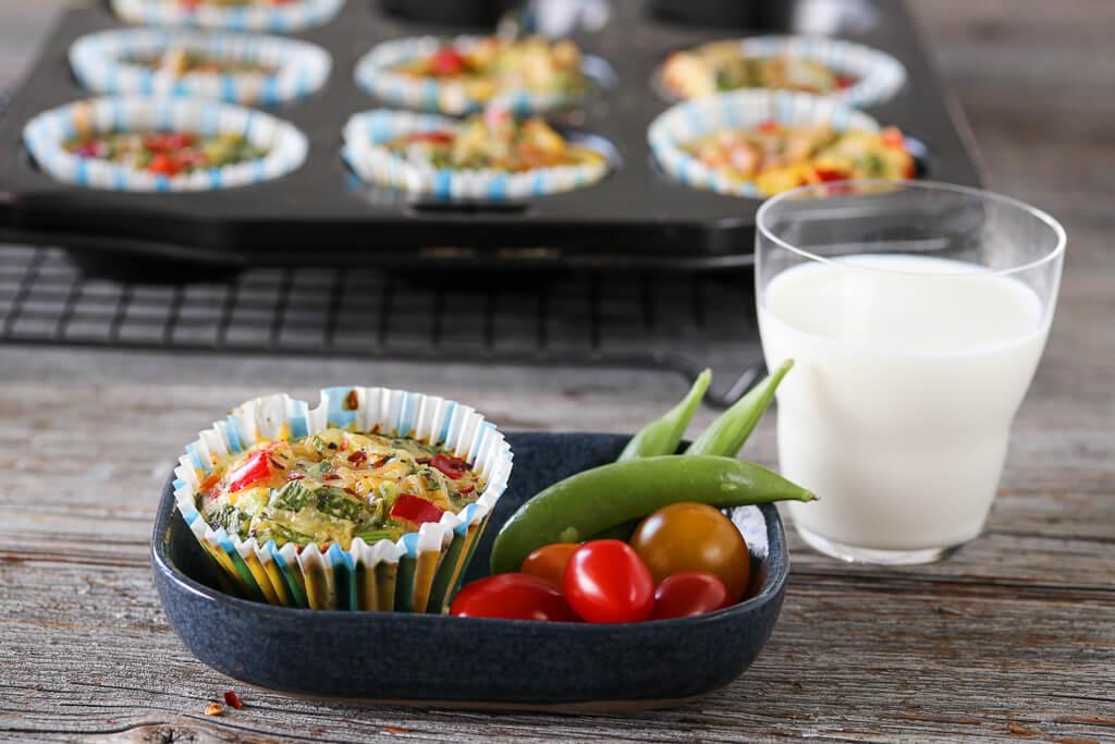 Eggemuffins med skinke, paprika og spinat
