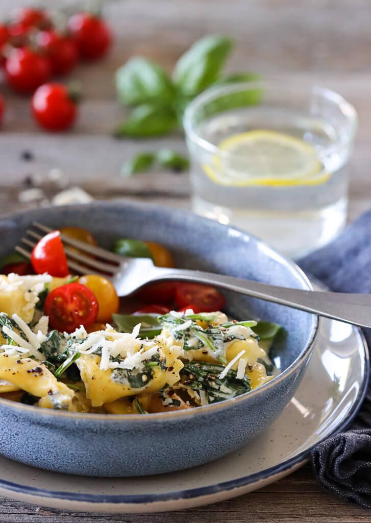 Tortelloni med spinat og ostesaus