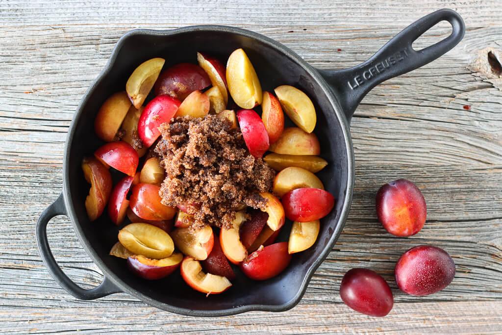 Rustikk plommeterte med ingefær og sitron
