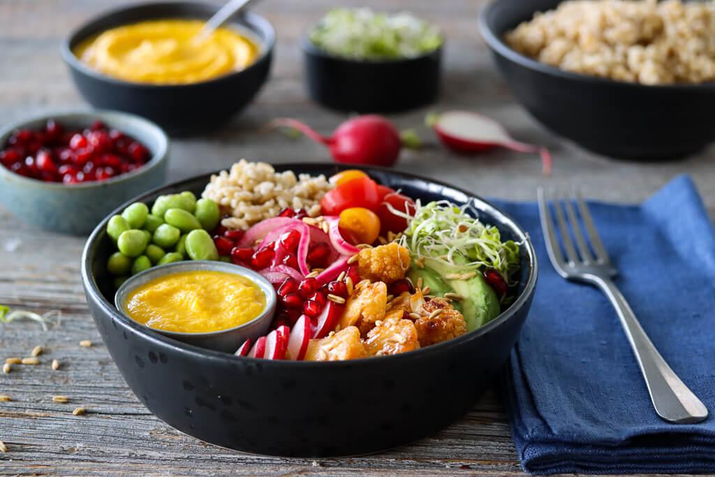 Buddha bowl med havreris, chilibakt blomkål og gulrotdip
