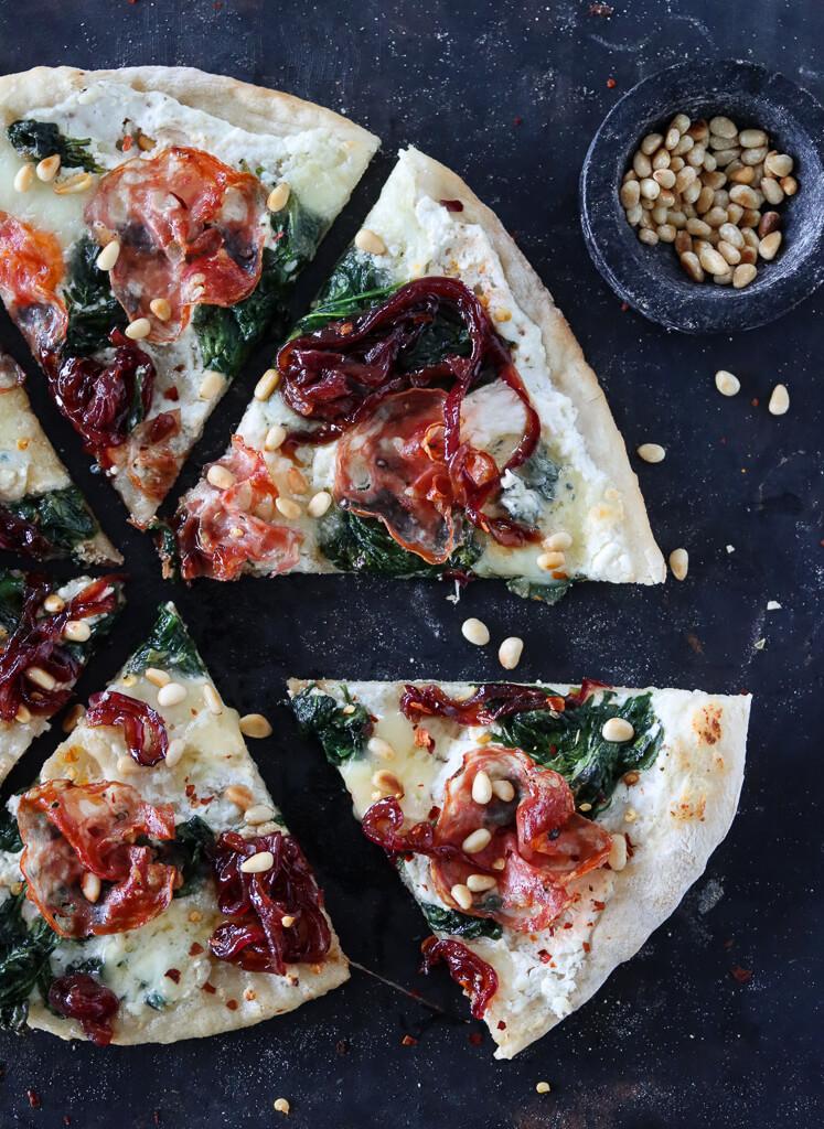 Pizza med ricotta, salami og karamellisert løk