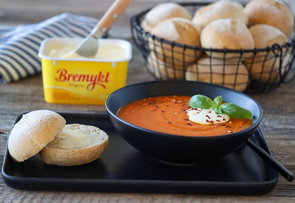 Kuvertrundstykker og tomatsuppe