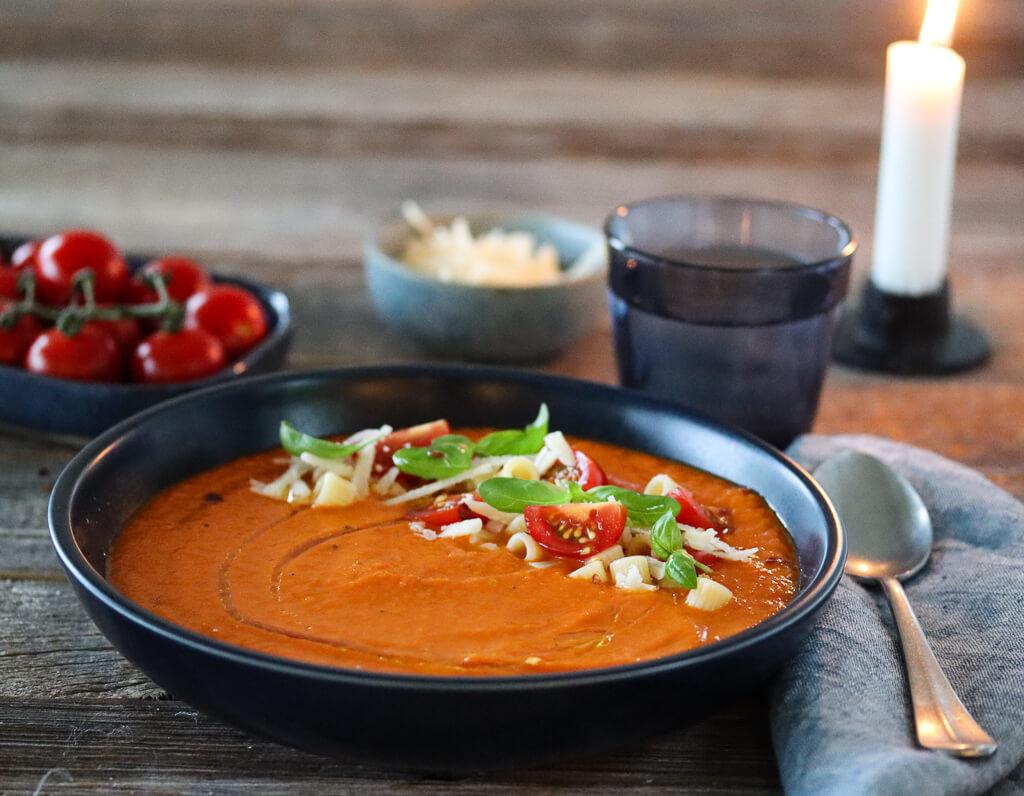 Tomatsuppe med pasta og parmesan