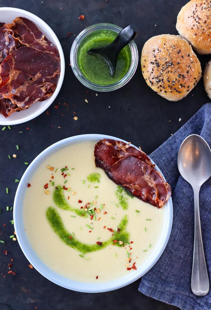 2020-10 Kremet potetsuppe med coppaskinke og gressløkolje