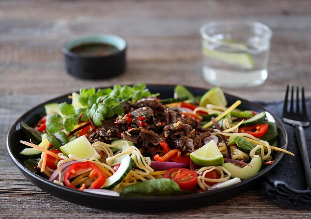 Nudelsalat med reinsdyrskav og chilidressing